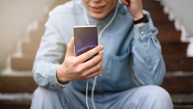 Homem close-up, usando móvel