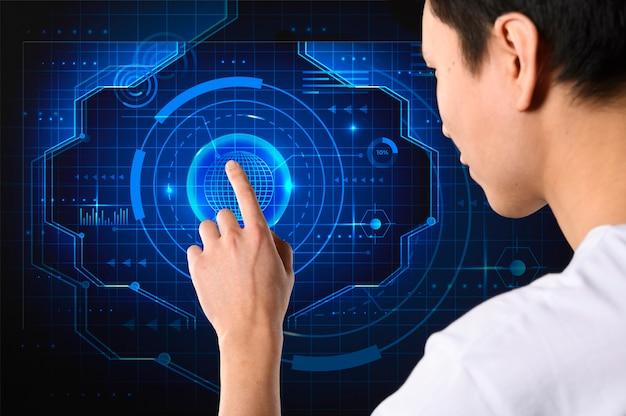 Homem close-up, usando o servidor de tela de toque inteligente