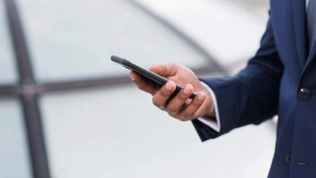 Homem close-up, verificar móvel