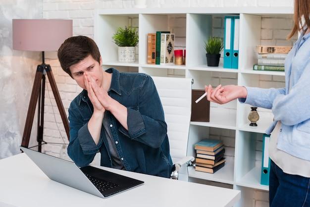 Homem, coberta, nariz, enquanto, seu, colegas, fumar, em, escritório