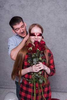 Homem, cobertura, mulher, olhos, com, faixa