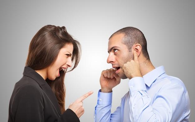 Homem, cobertura, seu, orelhas, frente, um, zangado, mulher