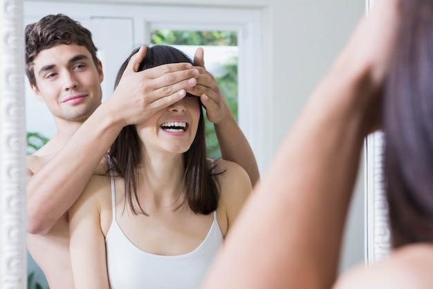 Homem, cobertura, womans, olhos, enquanto, ficar, frente, espelho, em, banheiro