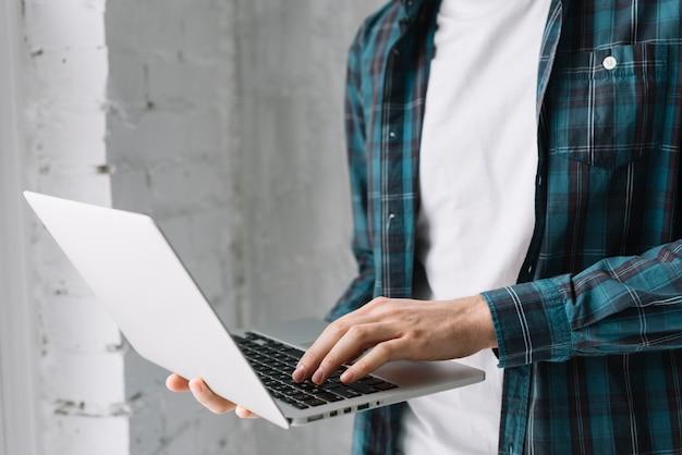 Homem colheita, browsing, laptop