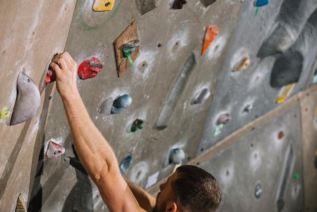 Homem colheita, escalando, parede alta