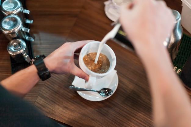 Homem colheita, leite derramando, em, café