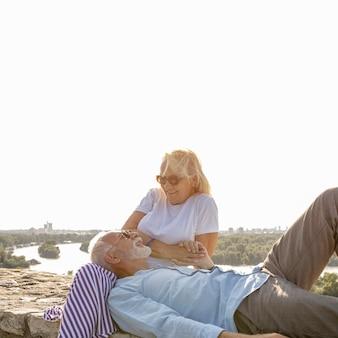 Homem colocando a cabeça nas pernas da mulher
