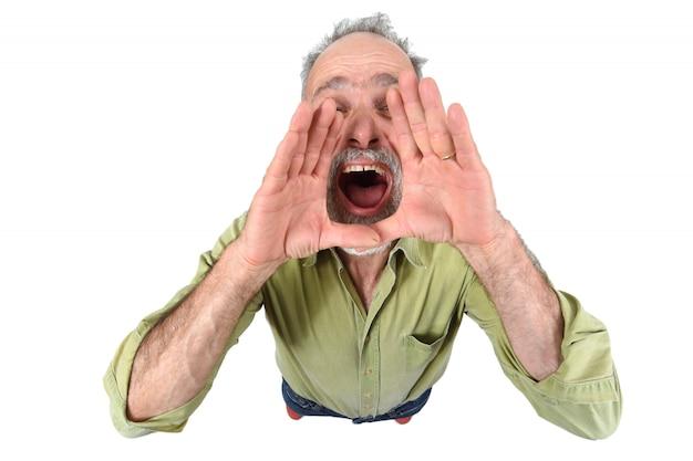 Homem colocando a mão na boca e está gritando no fundo branco
