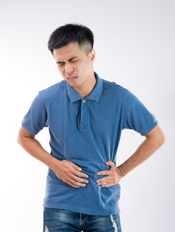 Homem colocando as mãos na barriga conceito de dor de estômago em fundo branco