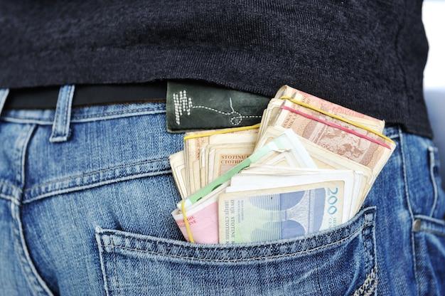 Homem colocando dinheiro no bolso