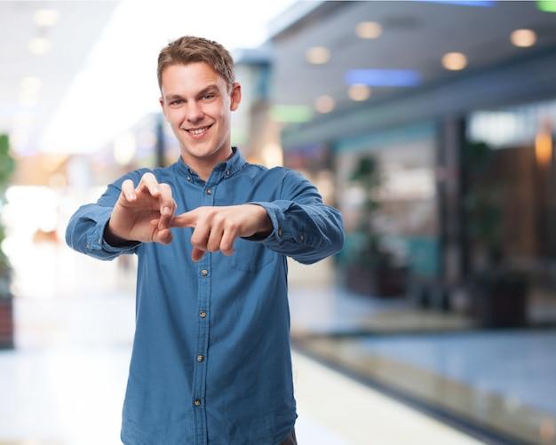 Homem colocando um dedo dentro de seu outro lado