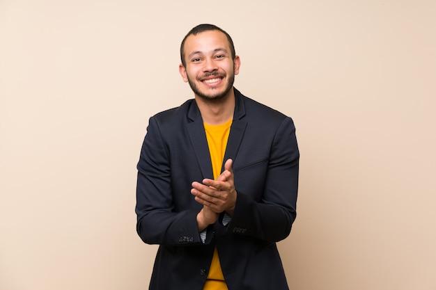 Homem colombiano mais isolado aplaudindo