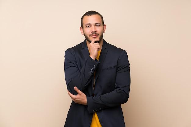 Homem colombiano sobre fundo isolado rindo