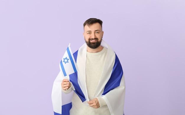 Homem com a bandeira de israel em lilás