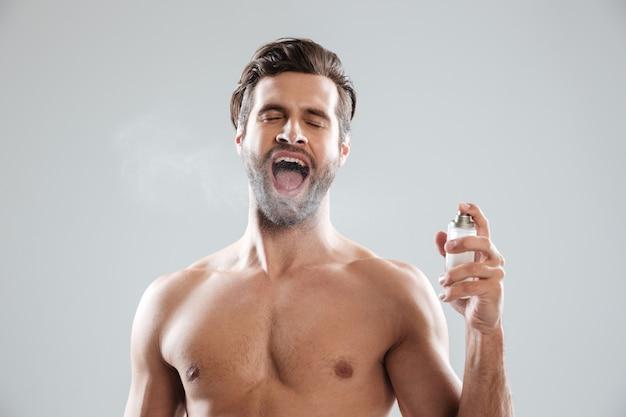 Homem com a boca aberta, usando água de toalete