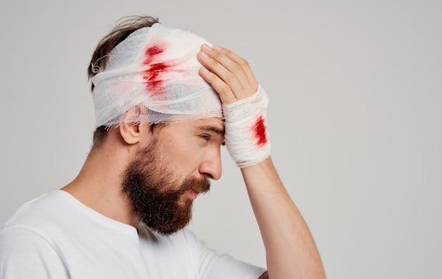 Homem com a cabeça enfaixada problemas de saúde medicina hospital
