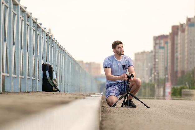 Homem com a câmera no tripé