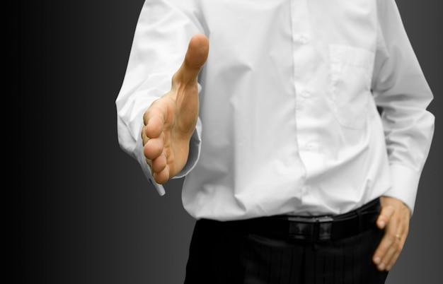 Homem com a mão aberta pronto para fechar um acordo
