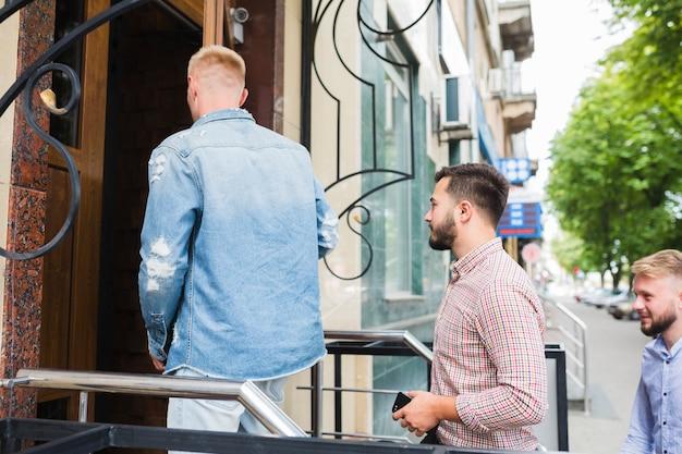 Homem, com, amigos, entrar, em, a, restaurante