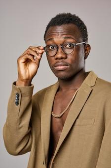 Homem com aparência africana em óculos de terno estilo elegante