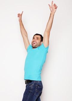 Homem com as duas mãos levantadas no ar.