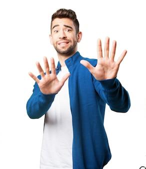 Homem com as mãos na frente do corpo