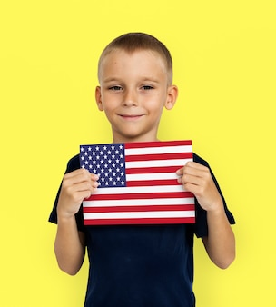 Homem com as mãos segurando a bandeira americana patriotismo