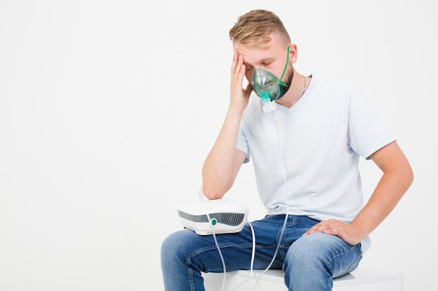 Homem, com, asma, nebulizer