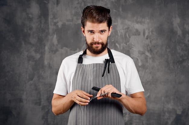 Homem com avental penteado moderno