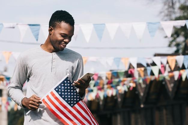 Homem, com, bandeira e smartphone, eua