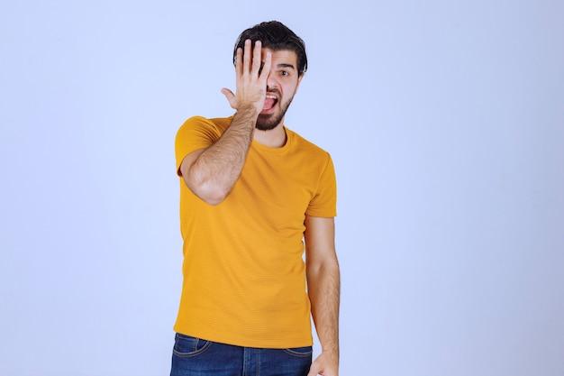 Homem com barba cobrindo parte do rosto e rindo