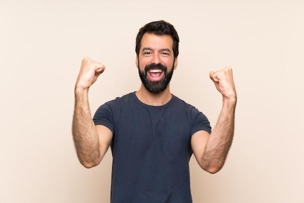 Homem com barba comemorando uma vitória