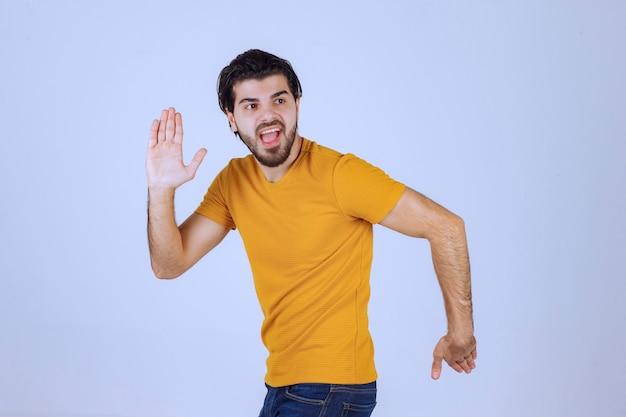 Homem com barba correndo com pressa