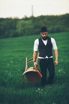 Homem com barba e óculos no campo verde