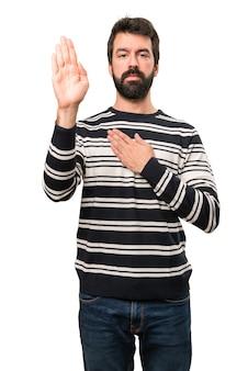 Homem com barba fazendo um juramento