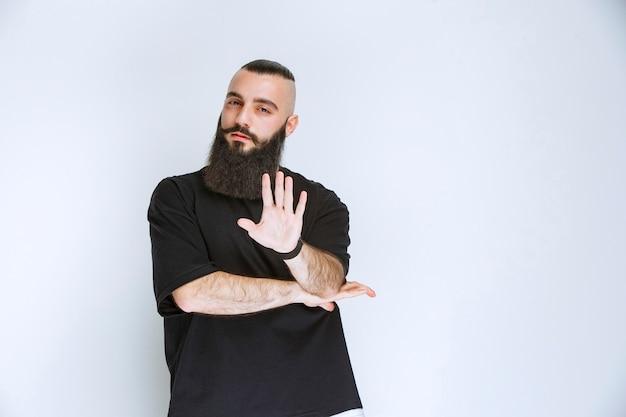 Homem com barba parece agressivo e desapontado.