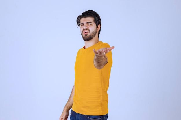 Homem com barba parece agressivo e zangado