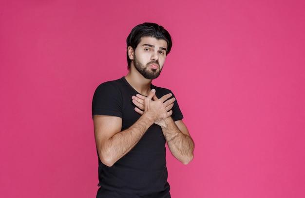 Homem com barba parece confuso e inexperiente sobre algo