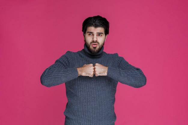 Homem com barba parece inseguro e confuso