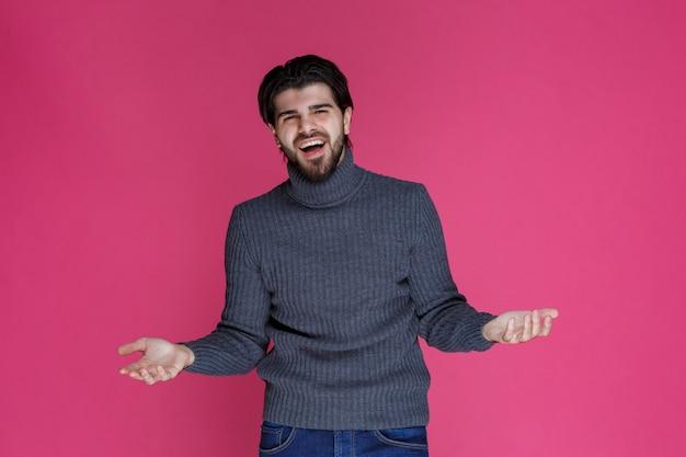 Homem com barba parece muito positivo e bem-sucedido