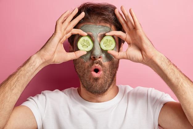 Homem com barba por fazer fazendo sua rotina de beleza