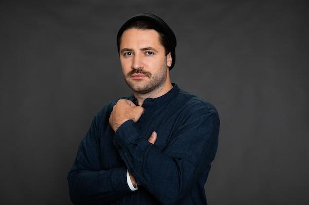 Homem com barba por fazer, pessoa insegura, problema de escolha