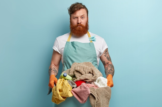 Homem com barba ruiva lavando roupa