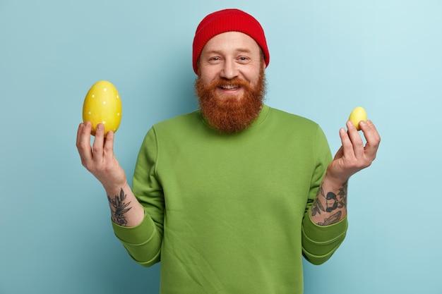 Homem com barba ruiva vestindo roupas coloridas