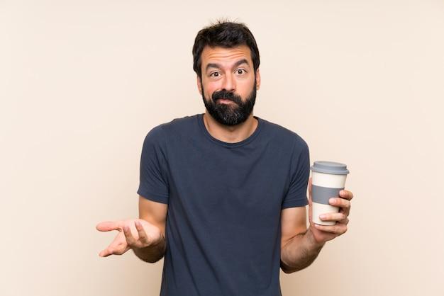 Homem com barba, segurando um café, fazendo dúvidas gesto enquanto levanta os ombros