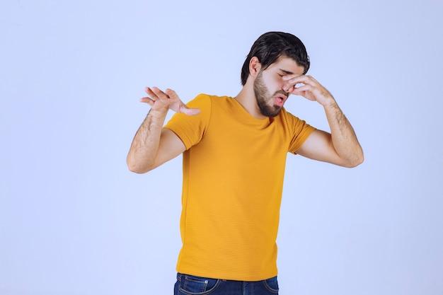 Homem com barba sente o cheiro ruim