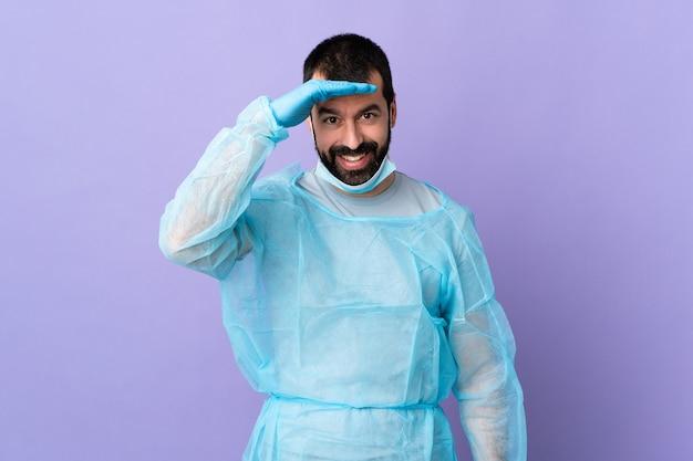 Homem com barba sobre fundo isolado