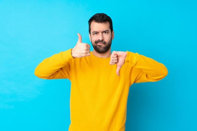 Homem com barba sobre parede azul isolada
