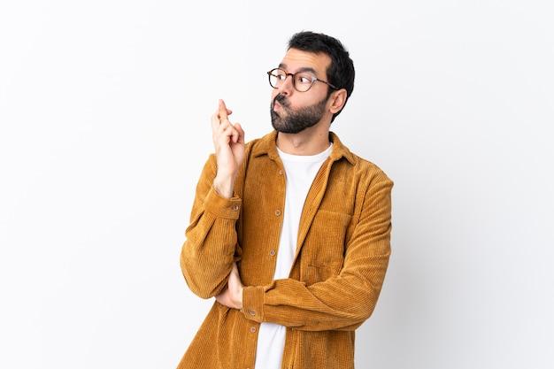 Homem com barba sobre parede isolada