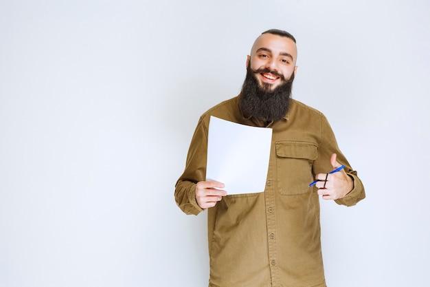 Homem com barba verificando a lista de projetos e parece satisfeito.